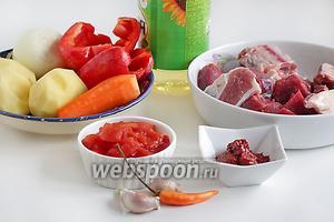 Для приготовления жареной шурпы возьмём базовые продукты: говядину или баранину на косточке и мякоть, помидоры в собственном соку (или свежие), томатную пасту, острый перец, чеснок, картофель, морковь, сладкий перец, растительное масло, зелень для подачи. Для большой семьи количество продуктов следует увеличить.