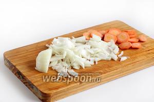Очистить морковь и лук, нарезать произвольно. Лук обычно всегда нарезается соломкой, а морковь мельчить не следует. Я её нарезала кольцами, а обычно её даже оставляют целой или разрезают пополам.