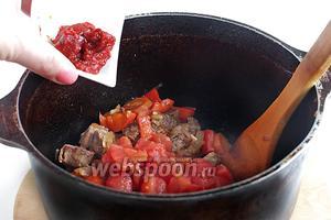 Как только овощи улягутся, можно добавить помидоры в собственном соку или свежие, а так же томатную пасту. Добавить 1 чайную ложку сахара. Обжарить при помешивании 2 минуты.