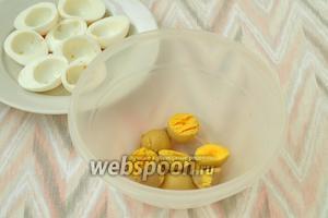 Варёные яйца разрезать пополам и вынуть желтки.