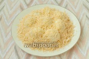 На мелкой тёрке натереть твёрдый сыр и тщательно посыпать салат сверху. Салату дать немного пропитаться и подавать к столу. Приятного аппетита!