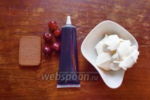 Готовим крем. Ингредиенты: творожный сыр, 2 ложки сахарной пудры, краситель пищевой и печенья с вишнями для украшения.