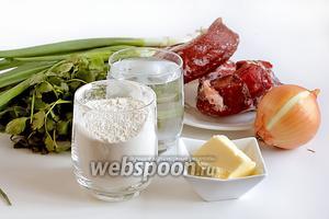 Для приготовления кутабов с мясом, возьмём мякоть говядины или баранины, лучше с жирком или жир отдельно, репчатый и зелёный лук, петрушку, соль, перец, сливочное масло для смазывания, воду, муку.