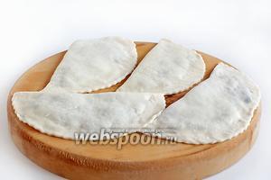 Готовые кутабы можно готовить сразу или сложить их для заморозки и тогда вкусные завтраки вам обеспечены.