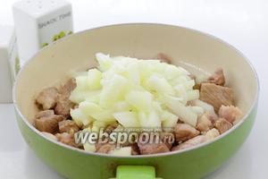 Свинину и лук нарежьте небольшими кусочками. Обжарьте на масле до лёгкой золотистой корочки. Посолите и поперчите по вкусу.
