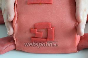 Насыщенно-красный марципан используем для хвостика, вот такие завёрнутые квадратики и прямоуголники должны получиться.