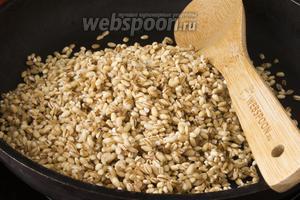 Перловую крупу нужно тщательно промыть, откинуть на ситечко. Когда вода стечёт, крупу подсушите на сухой сковородке и слегка обжарьте до появления приятного запаха.