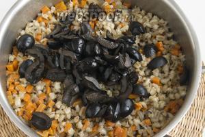 В процессе варки (около 1-1,5 часа) нужно будет влить ещё 200 мл воды. В конце варки добавьте маслины, нарезанные ломтиками.