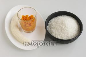 Подготовьте тыквенное пюре, кокосовую стружку и спелый банан.