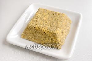 Охлаждённый десерт необходимо вынуть из формы, украсить и нарезать его можно на свой вкус.
