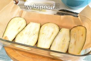 Разогреть духовку до 200°С. Выложить слайсы баклажана на противень, смазать слегка маслом или сбрызнуть, запекать 10-12 минут. Следим, чтобы ломтики не пересушились и не подгорели.