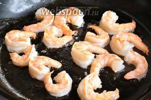 Пока запекаются баклажаны, можно очистить креветки и обжарить на масле минуты 3. Креветки должны стать розовыми. Если у вас креветки в/м, то достаточно 1 минуты. Готовые креветки остудить.