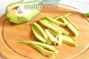 Авокадо очистить от кожуры и нарезать крупной соломкой.
