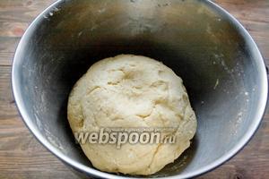 Добавляем творожную крошку в масляную смесь и замешиваем тесто. Если у вас ванильный экстракт, то сначала добавьте в масло его, а потом — творожную крошку. Экстракта можно смело добавить 1 столовую ложку. Вот такой колобок у нас получился. Отправляем его в холодильник на 1,5 часа.