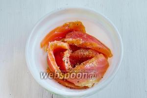 Рыбу нарезать пластами, сбрызнуть лимонным соком, поперчить.