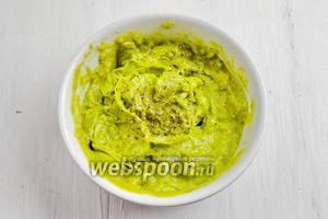 Авокадо очистить от кожуры, добавить немного сока лимона, посолить, пюрировать.