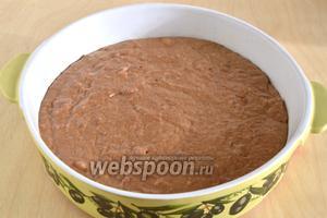 Форму для выпечки мажьте кусочком масла и выложите в форму тесто. Разровняйте.