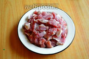 Мясо для пёркёльта можно нарезать как маленькими кусками, так и довольно большими кусками — дело вкуса.