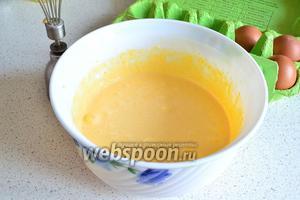 Пока готовится пирог (или заранее) приготовим заварной крем. Для этого к 6 желткам добавить сахар и взбивать 2-3 минуты. Масса должна увеличится в объёме.