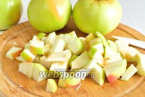 Яблоки вымыть и очистить от сердцевины. Нарезать небольшими кусочками.