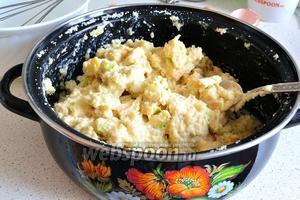 В мучную крошку теперь добавляем сначала яблоки, перемешиваем. Затем вливаем яичную смесь и опять перемешиваем. Получается очень густое тесто.