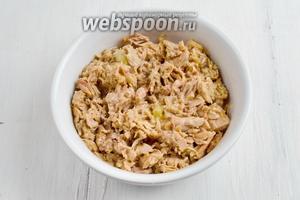 С тунца слить масло. Выложить кусочки тунца в глубокую тарелку. Размять вилкой. Полить лимонным соком.