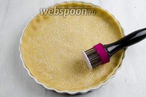 Вынуть из холодильника форму с тестом, наколоть вилкой дно и стенки основы для пирога.