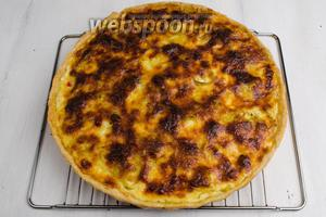 Вынуть пирог из формы. Выложить его на решётку. Подавать к обеденному столу холодным, с овощным салатом.
