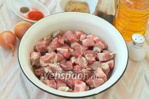 Свинину промыть и обсушить, нарезать средними кусочками.