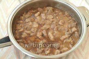 Затем к мясу добавить горячую воду, накрыть сковороду крышкой и тушить на медленном огне 20-25 минут.