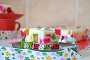 Достаём из формы торт «Битое стекло» и нарезаем на порционные кусочки (чтобы легко достать из формы, необходимо на 1 минуту поместить форму в горячую воду).