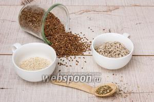 Для приготовления нам понадобятся семечки подсолнуха, семена льна, кунжут, вода, соль и любые специи по вкусу.