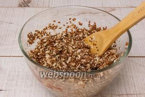 Слить воду с семян льна и смешать с остальными сухими ингредиентами, всё тщательно перемешать.