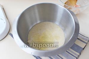 В банановое пюре с сахаром добавить яичный белок.