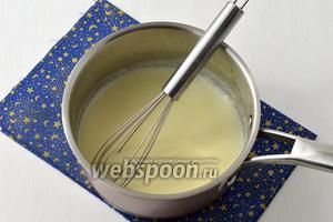 Влить горячее молоко, постоянно помешивая соус венчиком.