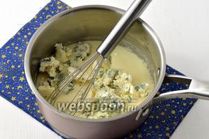 Всыпать покрошенный голубой сыр. Перемешать, чтобы сыр полностью расплавился.