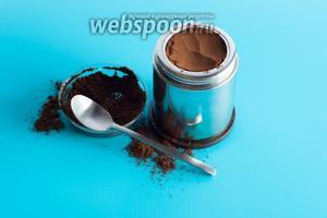 В гейзерку заливают фиксированное количество воды — до предохранительного клапана. Кофе утрамбовывают и при этом считают, сколько именно ложек положили. Столько же ложек сахара в готовый эспрессо нужно будет вмешать в шаге 3. Ледяной кофе значительно менее сладкий, чем гранита! Я наварила 1300 мл кофе, затратив на это 24 чайные ложки молотого эспрессо.