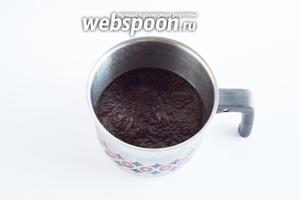 Охладившийся кофе ставим в морозилку. Дальше всё будет зависеть от того, какая у вас морозилка и с каким объёмом кофе вы работаете.
