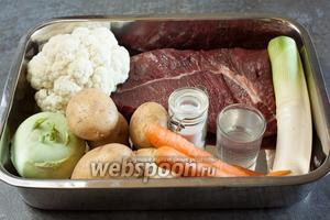 Для приготовления тафельшпица в идеале нужен телячий тафельшпиц, но допускается и говяжий. Любой другой фрагмент туши, при аналогичном способе приготовления, даёт блюдо с другим названием. В общем, тафельшпиц — это такой снобский кусочек. Напоминаю, это клиновидная часть костреца или огузка без жира в мясе, но обязательно покрытая равномерным слоем жирка с внешней (подкожной) стороны. Кроме тафельшпица нужно много воды — столько, чтобы в большой кастрюле мясо было полностью погружено в воду. Ещё нужны овощи для варки. Строго говоря, овощи делятся на ароматический букет — и всё, что вам придёт в голову сварить. Стандартный ароматический букет (в Мюнхене, в районе знаменитого продуктового рынка Виктуалиенмаркт, мясники прямо дают его тебе в качестве подарка, если ты покупаешь тафельшпиц) — морковь, сельдерей и лук (репчатый или порей). Из специй возможны лавровый лист, перец горошком, гвоздика, мускатный орех и соль. Овощи для варки — для немецкого варианта обязательна картошка, желательна морковь (в смысле, кроме той морковки, которую дарит мясник, нужно ещё морковки — уже не для аромата, а чтобы было, что поесть), цветная капуста. Допустимы пастернак, брокколи и кольраби, стручковая фасоль, в сезон — брюссельская капуста. Для австрийского варианта не должно быть фасоли и, представьте себе, картошки. Почему — читайте в шаге 6.