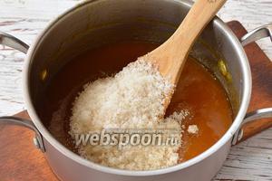 Теперь на каждый килограмм уваренного пюре из алычи добавить 1 килограмм сахара.
