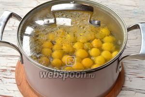 Алычу хорошо промыть. Опустить в кастрюлю с водой (1,25 литра). Довести до кипения и проварить на протяжении 3 минут.