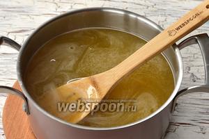 Тонкой струйкой влить крахмальную смесь в отвар, постоянно мешая. Довести до кипения и готовить 2-3 минуты.