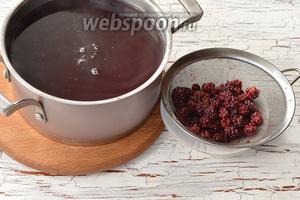 По желанию ягоды отделить с помощью дуршлага или металлического сита.