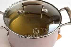 В кастрюле соединить воду, сахар и лимонную кислоту. Довести до кипения и варить 3 минуты.