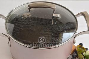 Добавить подготовленные ягоды. Довести до кипения и проварить 1 минуту. Снять с огня и настаивать под крышкой до охлаждения.