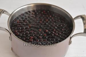 По желанию, после охлаждения, вы можете удалить ягоды из компота или оставить их в кастрюле.