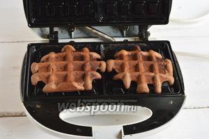 Пластины электровафельницы для толстых вафель разогреть и слегка смазать подсолнечным маслом. В каждое гнездо вафельницы выкладывать по 2 столовых ложки теста.