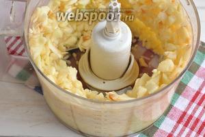Яблоки очистить от кожицы и семенной камеры. Измельчить в чаше кухонного комбайна.