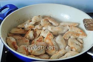 На горячем сливочном масле — 1 ст.л. обжариваем кусочки куринового филе, величиной около 2-3 см около 5 минут, не забываем переворачивать. Достаём филе и ставим в тёплое место.