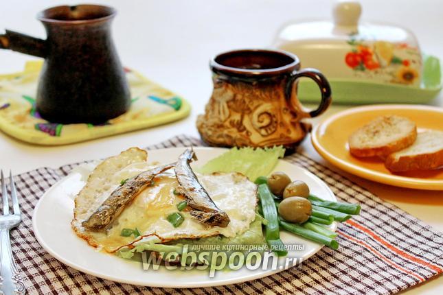 Фото Горячий бутерброд с глазуньей и шпротами